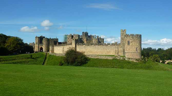 1024px-Alnwick_Castle_2011