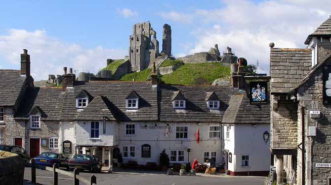 1024px-Corfe_Castle_and_Greyhound_Inn_Dorset_England