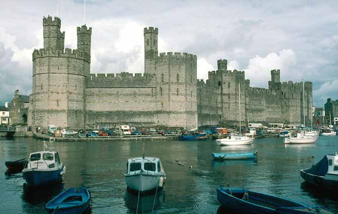 1024px-North_Wales_Caernarfon_Castle