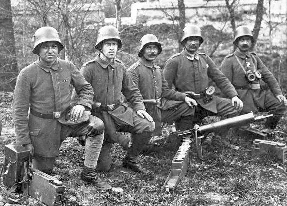 A German MG 08/15 team poses with their gun