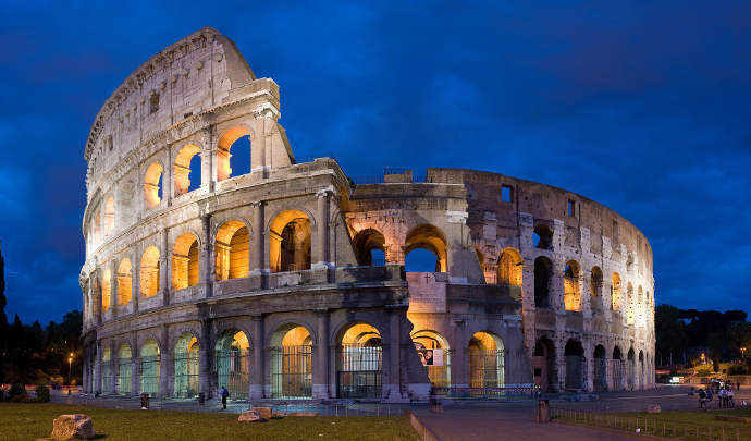 Potoraph of the Colosseum in Rome at night.