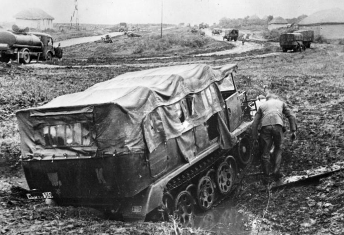 Barbarossa_Advance_through_Mud_1941