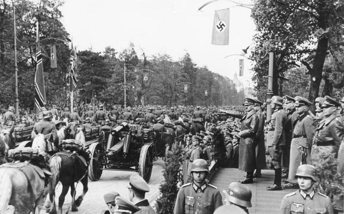 Bundesarchiv_Bild_146-1974-132-33A,_Warschau,_Parade_vor_Adolf_Hitler