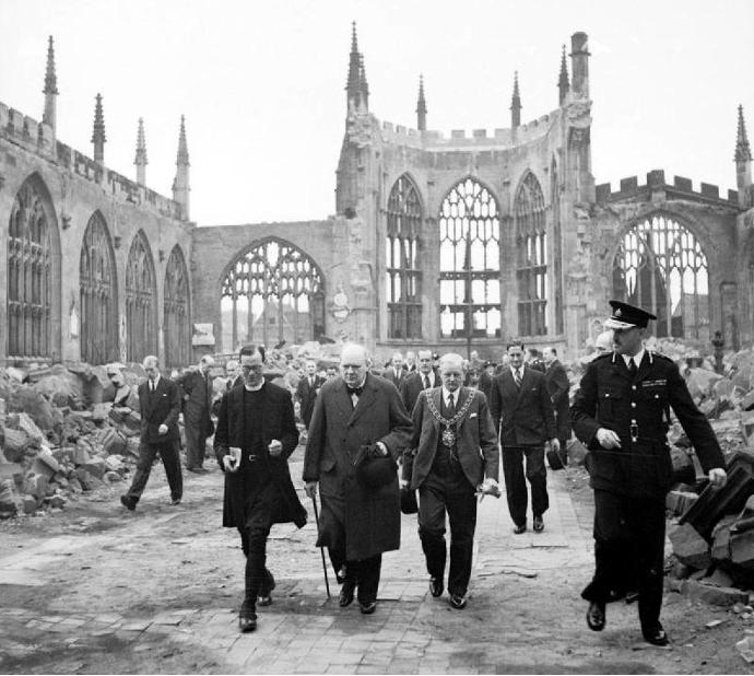 Churchill_Cov_Cathedral_Nov_1940