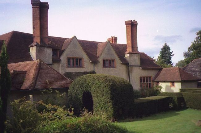 Goddards in Surrey shows Lutyens' Arts and Craft Style, built in 1898-1900. Image source: Steve Cadman / CC BY-SA 2.0.
