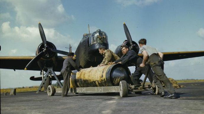 Loading_4000_lb_Cookie_on_RCAF_Wellington_May_1942_IWM_TR_11