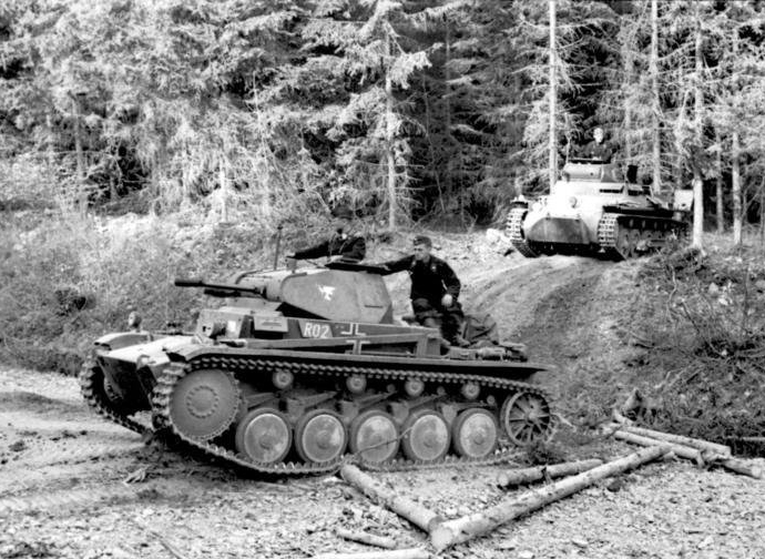 Panzer_II_and_Panzer_I_May_1940
