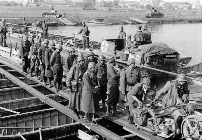 Pontoon_Bridge_Over_Meuse_Near_Sedan_May_1940