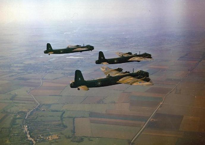 Short_Stirlings_1651_HCU_in_flight_1942