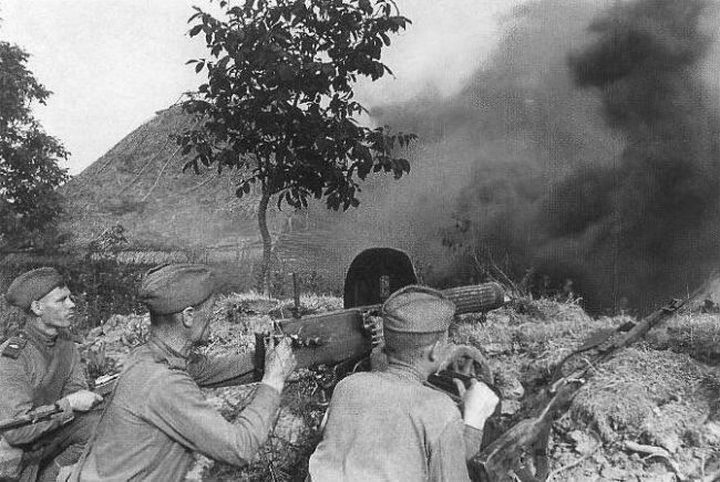 Soviet forces with machine guns at the Battle of Kursk
