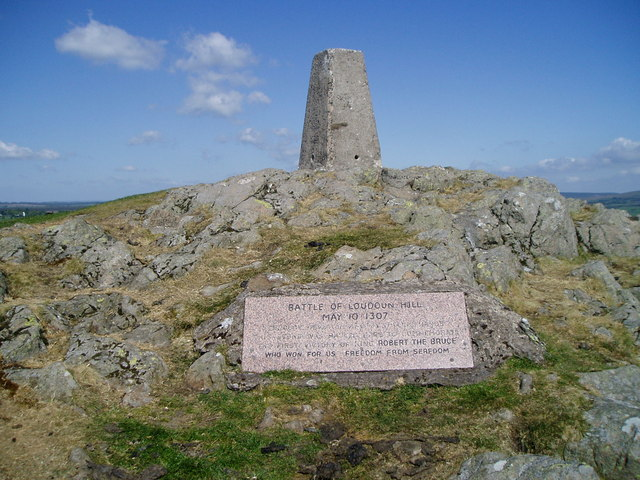 The trig point and battle plaque for the Battle of Loudon Hill. Image source: Alan Pitkethley / CC BY-SA 2.0.