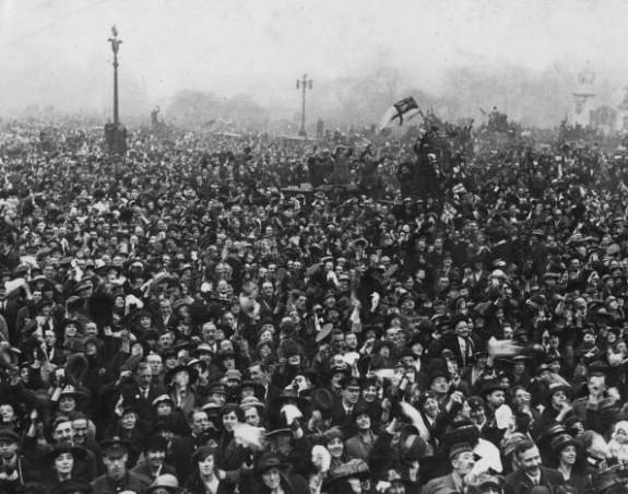 crowd-buckingham-palace