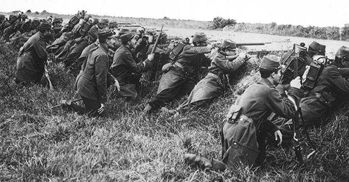 marnes-French_soldiers_ditch_1914