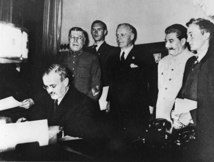 molotov-signing